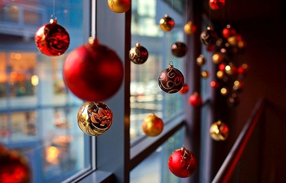 Decorazione Finestre Per Natale : Decorazioni di natale al vetro di finestra di legno fotografia