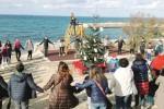 Gli studenti addobbano l'albero della pace nel Parco della Memoria