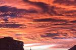 Palermo si sveglia sotto un cielo rosa: le foto del fenomeno che arriva dalle Dolomiti