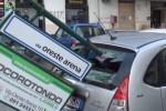 Forte vento a Palermo, cartello cade e colpisce auto in sosta: il video