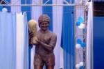 Maradona a Calcutta presenta la sua statua: è alta oltre 3 metri - Video