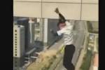 In cima ad un grattacielo per un selfie, cinese cade e muore: in un video il momento fatale