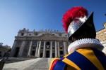 Tentano di prendere il Bambinello, blitz di Femen a San Pietro
