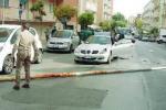 Panico a Siracusa, un palo dell'illuminazione pubblica si abbatte su due auto