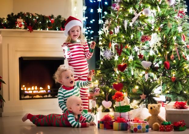 Natale Bambini.Natale Regalare Pochi Giochi Ai Bambini Favorisce Il Loro