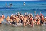 """Il tuffo nelle acque di Mondello e il coro """"Avete solo la nebbia"""", Natale al mare anche a Palermo"""