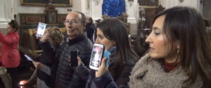 Tutti con i cellulari in alto, a Marsala il parroco li ha benedetti - Video