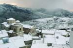 Prima neve dell'inverno a Capizzi, traffico in tilt e scuole chiuse