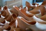 Scarpette rosse in ceramica contro violenza sulle donne