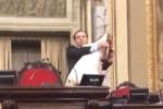 """Cateno De Luca versione musicista, suona la zampogna all'Ars: """"Auguri ai siciliani"""" - Video"""