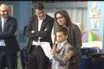 """Renzi in una scuola allo Zen, un bambino: """"Stanco di vedere il mio quartiere sporco"""" - Video"""