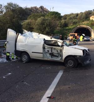 Scontro in autostrada vicino Cinisi Gravi due operai, traffico paralizzato Un'altra auto ribaltata a Montelepre