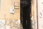 Portone di un avvocato incendiato ad Alcamo: le immagini incastrano l'autore