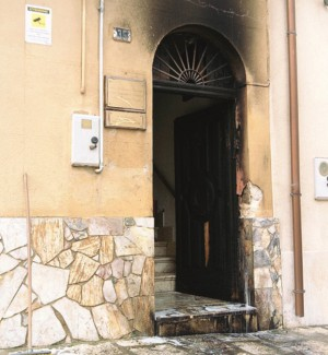 In fiamme il portone di uno studio legale ad Alcamo