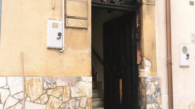 portone incendiato Alcamo, Trapani, Cronaca