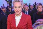 """Biondo platino e occhiali: Federica Pellegrini sfoggia il nuovo look ai """"Collari d'oro"""" - Video"""