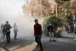 """Spari contro i manifestanti in Iran, altri due morti. Trump: """"Il mondo vi guarda"""""""
