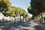Cade mentre sistema un'insegna, grave un operaio a Palermo