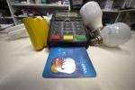Ue, stop a costi extra su pagamenti con carte