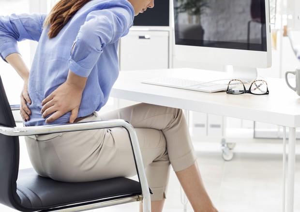 Dolori da ufficio: tutti i sintomi che colpiscono 8 lavoratori su 10