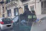 """In giro sul cassone della """"lapa"""" per Palermo: la foto diverte il web"""
