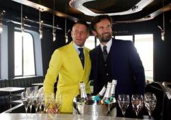 Apre «Garage Italia»: Cracco e Lapo (in abito giallo) all'inaugurazione a Milano