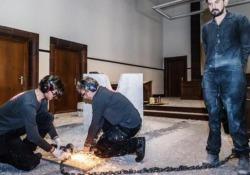 Artista si incatena a blocco di marmo. Liberato da un operaio dopo 19 giorni