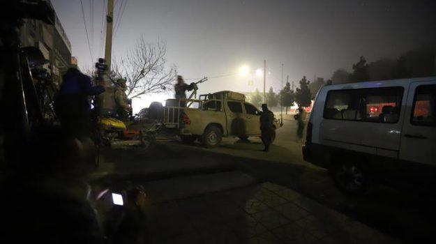 """Kabul, attacco terroristico in un hotel: """"Persone gettate dalle finestre"""""""