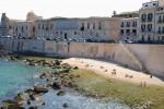 Il solarium a Calarossa, riesplode lo scontro con gli ambientalisti