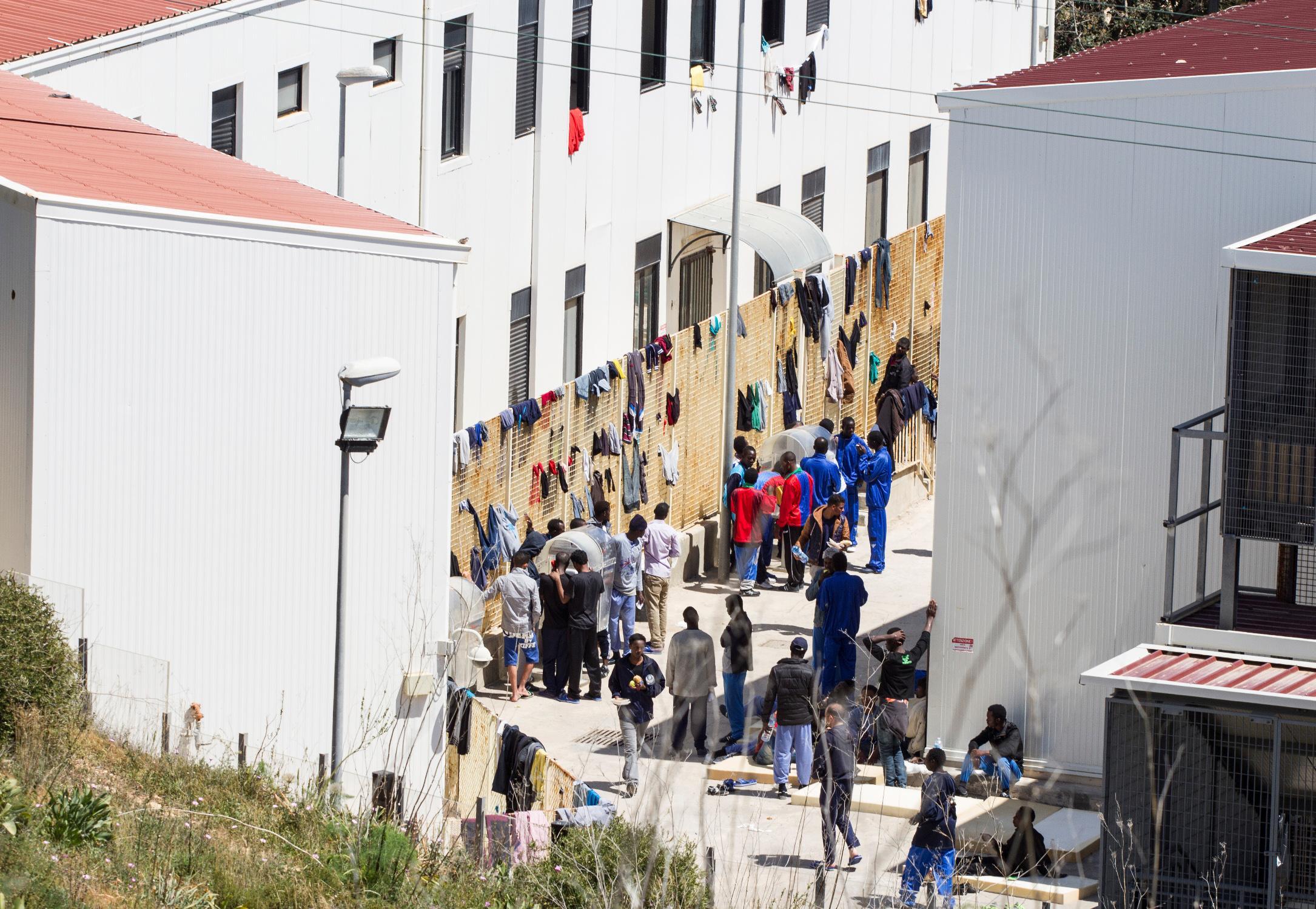 Lampedusa, tunisino accoltellato: scatta la rivolta $