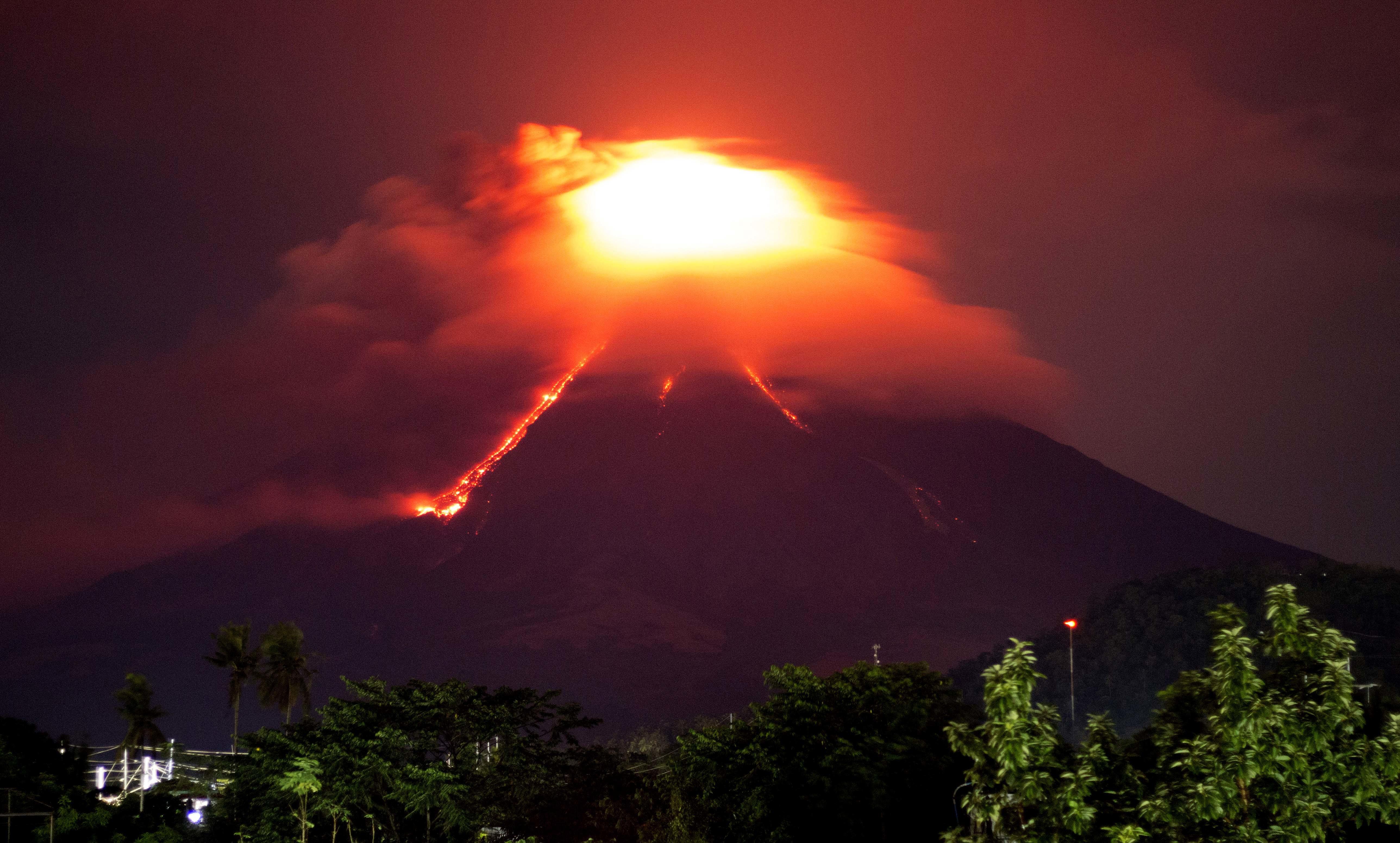 Il vulcano Mayon nelle Filipppine fa paura, 56 mila persone in fuga