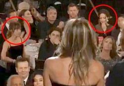 Golden Globe, Jennifer Aniston sul palco: Angelina Jolie reagisce così e Dakota Johnson se ne accorge