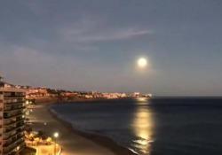 Una incredibile luna piena si specchia sul mare spagnolo