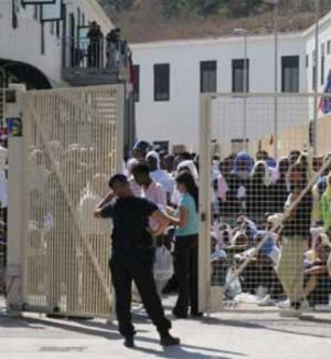 Tensioni a Lampedusa, arriva il Garante: hotspot saturo, trasferiti 50 migranti