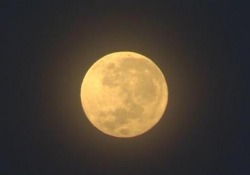Indonesia: La super luna illumina il cielo vicino il vulcano