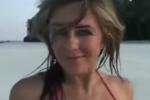 Liz Hurley a 52 anni in bikini fa impazzire il web - Video