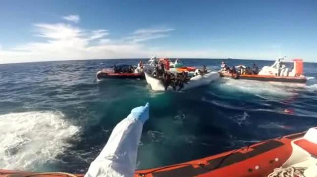 Migranti e sigarette nel Canale di Sicilia, in manette 4 trafficanti di esseri umani
