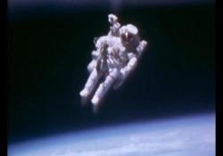 Morto Bruce McCandless, il primo uomo a fluttuare libero nello spazio