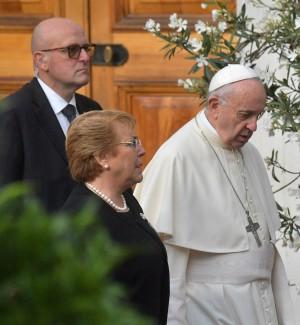 """Il Papa dal Cile: """"Dolore e vergogna, chiedo perdono per i preti pedofili"""""""