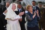 Il Papa arriva in Cile: l'incontro con la presidente Bachelet e la folla che lo acclama - Foto
