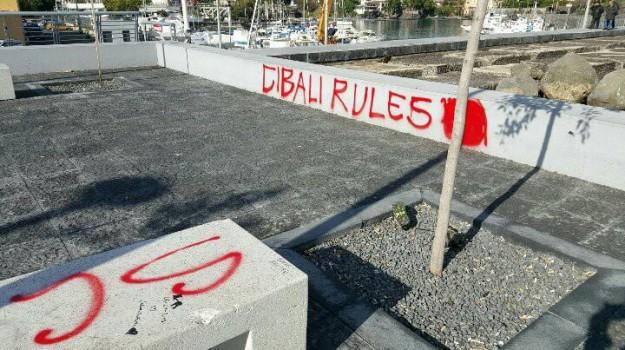 Catania, piazzetta Ognina di nuovo vandalizzata: scritte rosse sulle panchine - Foto