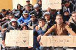 Protesta dei migranti a Lampedusa: bocche cucite e sciopero della fame - Foto
