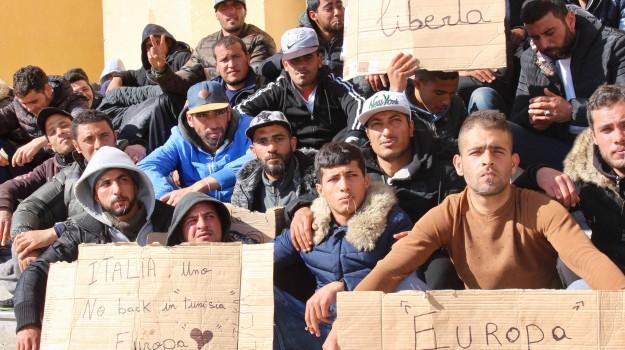 migranti lampedusa, protesta tunisini lampedusa, sciopero della fame, Agrigento, Cronaca