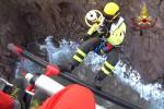 Intrappolato su una scogliera, le immagini dello spettacolare salvataggio a Panarea - Foto