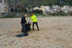 Operai a lavoro sulla spiaggia di Vergine Maria