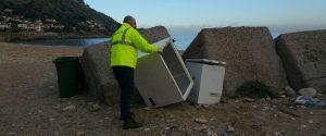 Palermo, il Comune torna a pulire le spiagge, al lavoro 34 operai della Reset - Foto