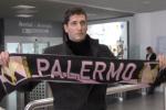 Il neo attaccante rosanero Stefano Moreo, appena atterrato all'aeroporto di Palermo