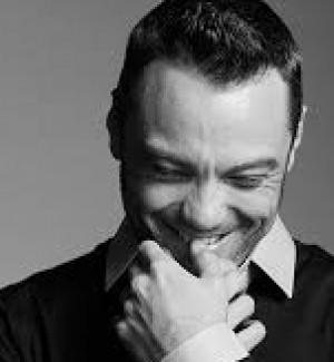 """""""Se sei gay non cantare di amore etero"""", giornalista di Rolling Stone contro Tiziano Ferro"""