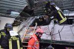 """Treno deragliato alle porte di Milano: tre morti e 46 feriti, cinque gravi """"La causa il cedimento di una rotaia"""""""