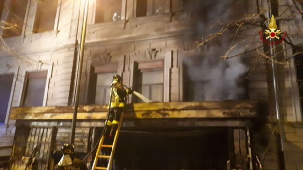 Incendio in un chiosco di Messina, lievi danni anche a una scuola - Foto